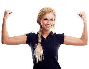 Frau hebt motiviert Arme hoch